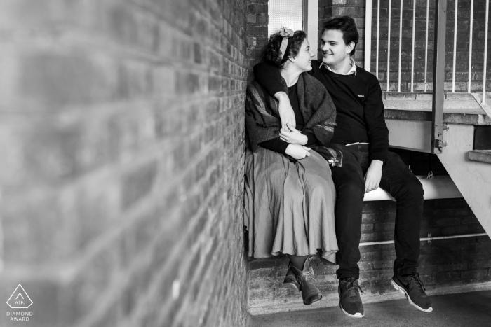 Paare, die in einer Eingangslobby für das Vorhochzeitsporträt - Studentenheim in Leiden, die Niederlande sitzen