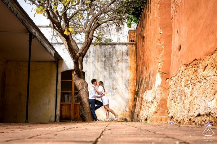 Elle se penche plus près de lui à la Casa de las Artes, San Agustín Etla, Oaxaca, Mexique - Séance photo de fiançailles