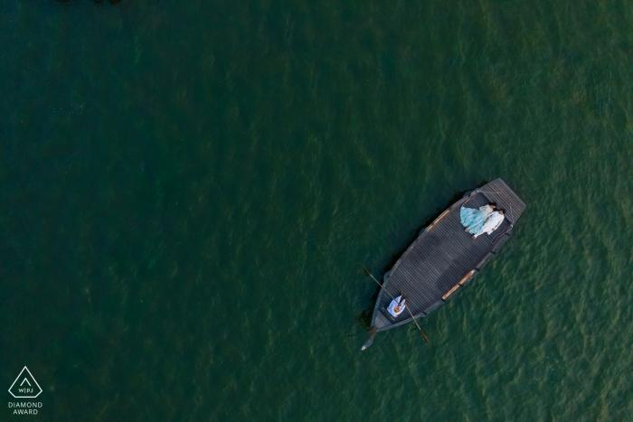 Portraits de pré-mariage à Jaipur, Inde - L'Inde, les lacs et l'amour vont bien ensemble! - Photographie de drones au dessus de l'eau et bateau