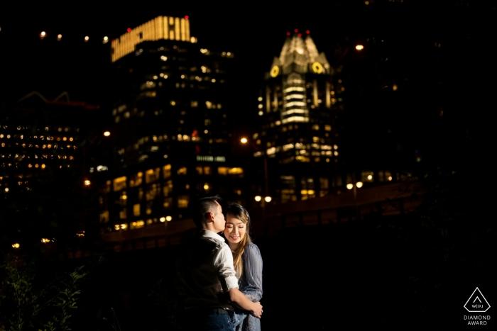 Verlobungsfotografie - Bild enthält: Nachtporträt des Paares mit Downtown Austin im Hintergrund