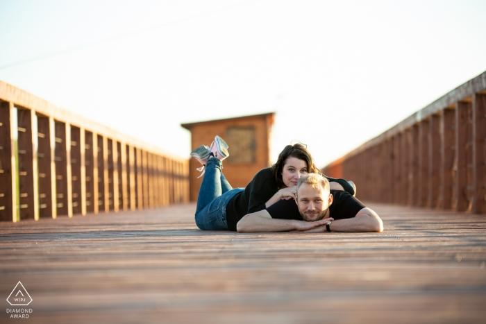Jeziorsko Lake, PL Session de fiançailles avec un couple - Le portrait contient: mensonge, promenade, plage, soleil, après-midi
