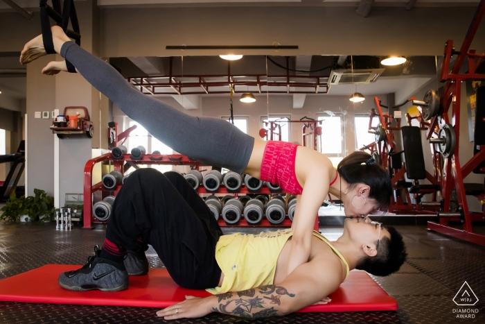 Peking, CN Vorhochzeits-Session mit einem Paar - Porträt enthält: Fitnessstudio, Training, Matte, Gewichte, Heben, stark