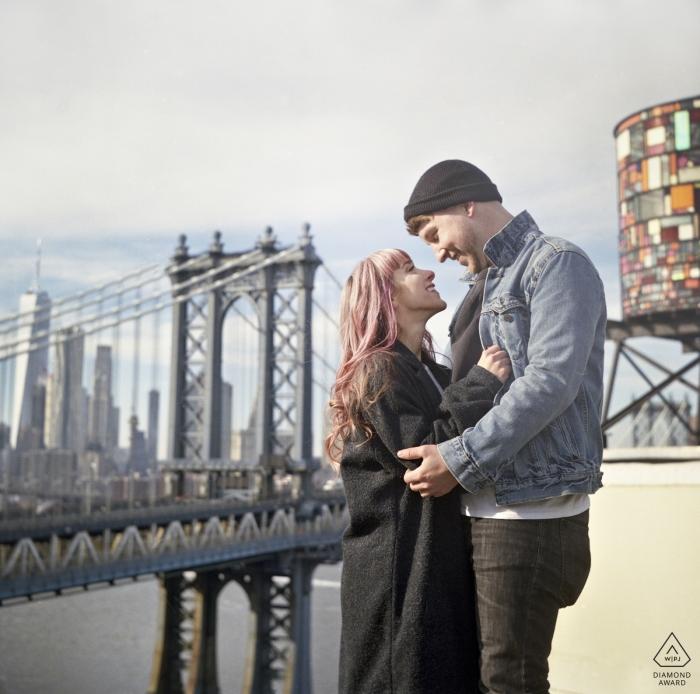 Dumbo rooftop, NYC Couple Bravant le froid pour la vue | Engagement Couple Photography - Portrait contient: bridge, art, square, format, vintage, antique, Holga