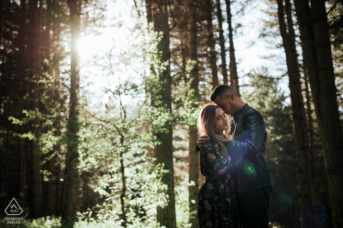 Séance de couple dans les montagnes du parc national de Sila, Calabre | L'image contient: câlin, étreinte, amour, forêt, arbres, bois, soleil