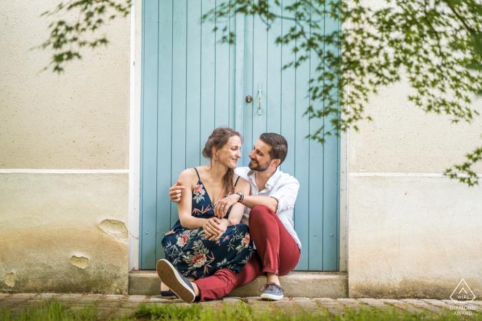 Jardins de Versailles, France Couple Portraits   Pantalon rouge, porte bleue. Session d'engagement