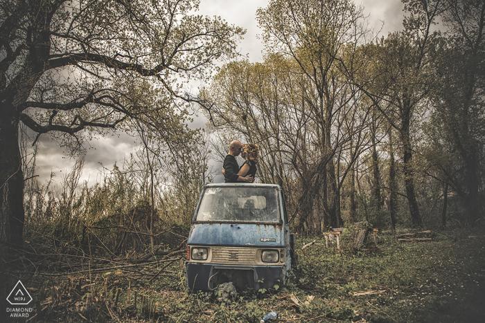 Natürliche Liebe Ceparana - Porträt von den verlobten Paaren, die im Wald auf der Rückseite eines Minilastwagens sitzen.