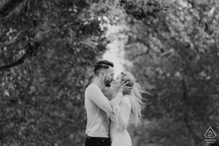 London Couple kissing in black and white engagement photo