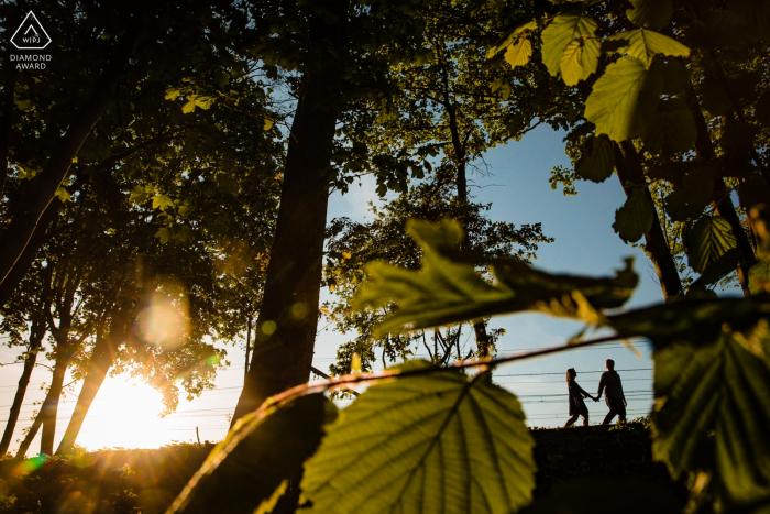 Sint-Niklaas privater Fotograf: Das Paar geht während des Sonnenuntergangs an den Eisenbahnschienen entlang