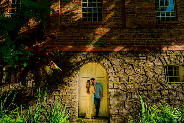 Campinas - São Paulo couple in front of the door, kissing for prewedding portraits