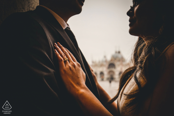 Veneto Venice	pre-wedding shooting - Intimate lovers picture with engagement ring