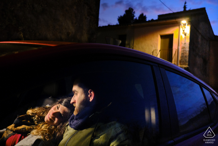 Alcoy, Sarga pre-wedding picture | A couple is sitting in a car at dusk