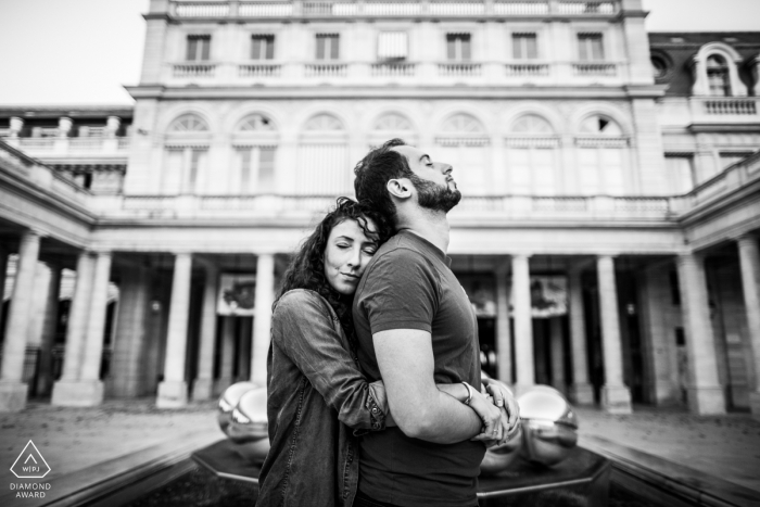 Paris - Jardins du Palais Royal - Image of the couple engaged in introspection