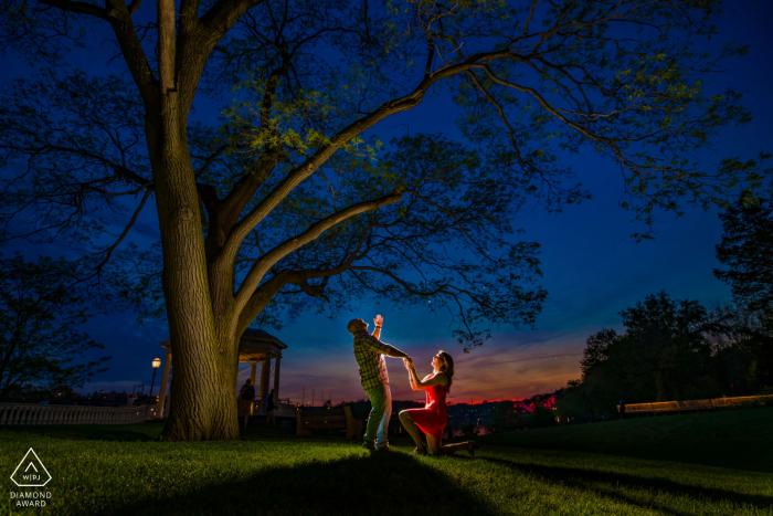 Paar Verlobungsfotos | Philadelphia, PA - Ein Paar spielt seinen Hochzeitsvorschlag nach, diesmal jedoch in einem Revers