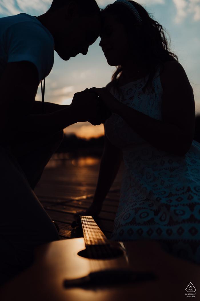 Verlobungsfotografie | Brasília - Brasilien Paar und Akustikgitarre unter Sonnenuntergang.