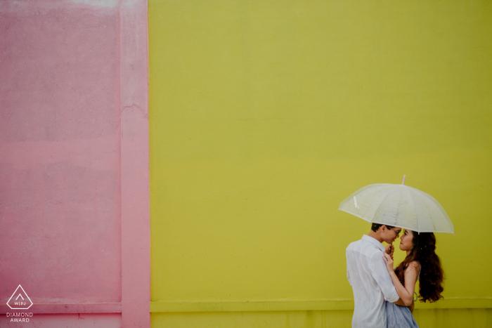 Séances photo de fiançailles   Ho Chi Minh ville - Ils utilisent un parapluie dans un parc où ils ont eu beaucoup de souvenirs ensemble