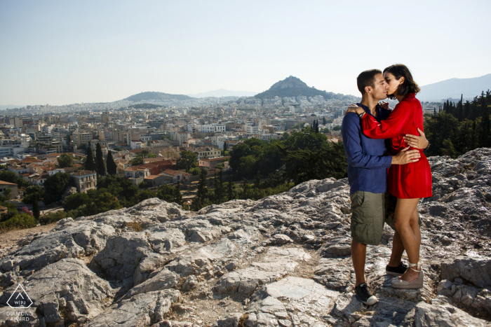 akropolis Athens Engagement Shooting with couple on the rocks with a light