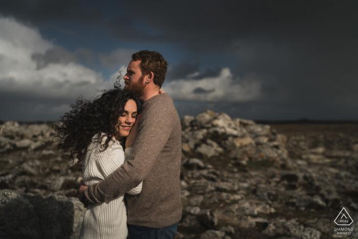 engagement couple portrait on the rocks of Crozon, France
