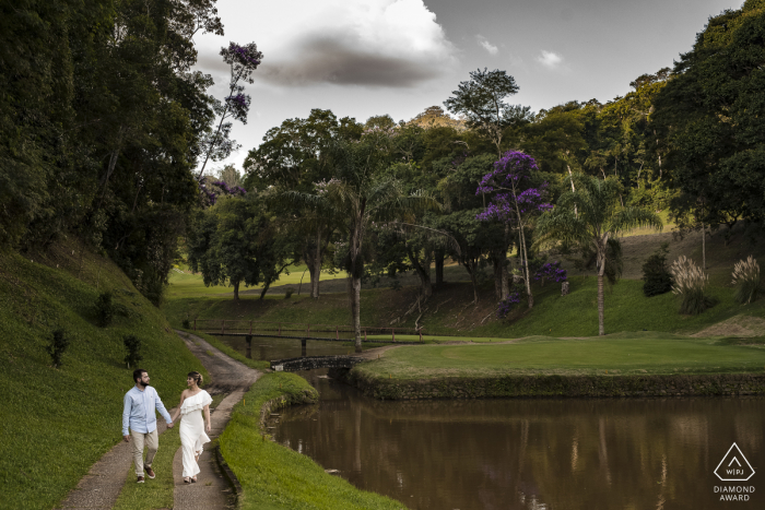 The light illuminates the engagement afternoon of this beautiful and beloved couple at the Golf Clube, Teresópolis, Rio de Janeiro, Brasil