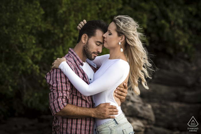 Love in hugs of this beautiful engagement session in Búzios, Rio de Janeiro, Brazil