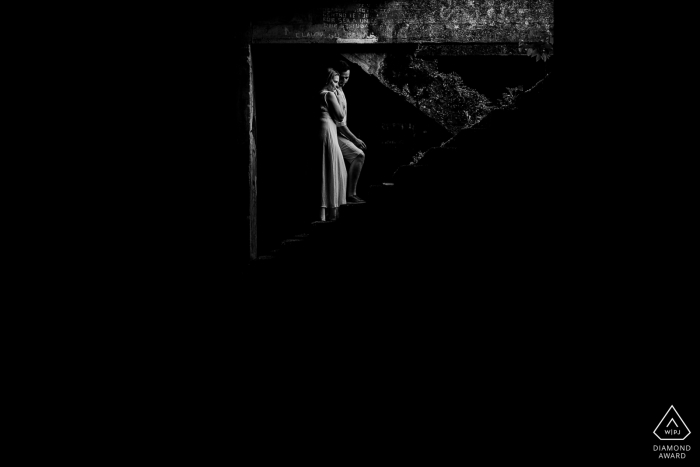 Gramado - RSBride and groom on the stairs with only one light input