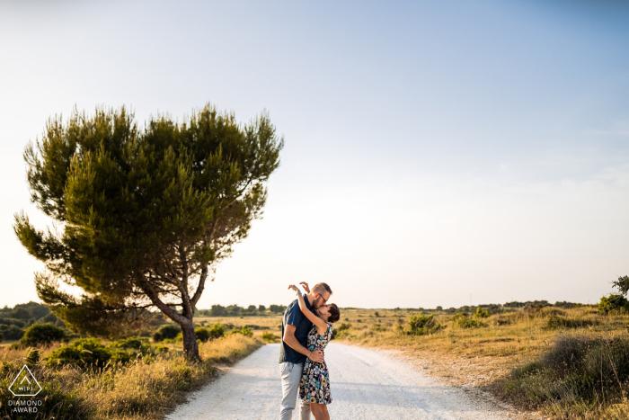 Kamenjak, Croatie séance de portrait pour un couple près d'un arbre et partage des câlins