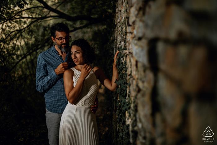 Séance d'amour dans la campagne lyonnaise quelques mois avant leur mariage à Poleymieux-au-Mont-d'Or