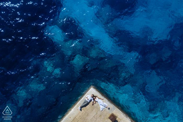 Séance photo de fiançailles avec un drone sur l'île de Levanzo avec une mer magnifique résultant en de belles photos en Sicile