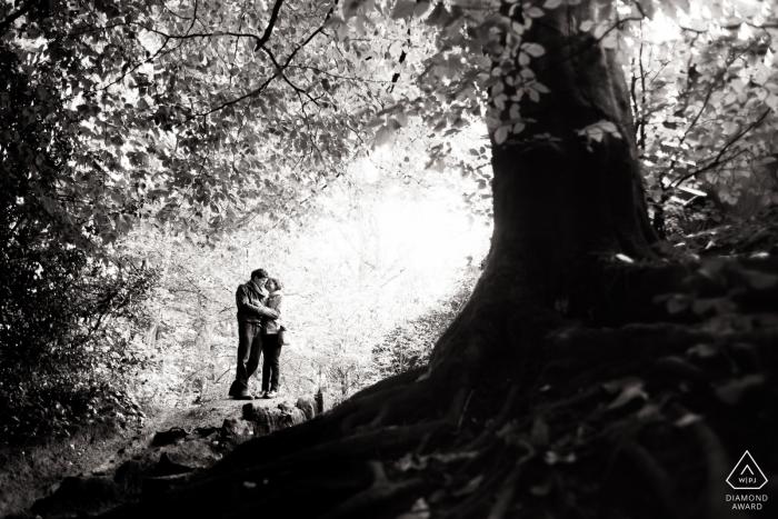 Séance photo de fiançailles et pré-mariage en Angleterre en noir et blanc dans les bois Ecclesall de Sheffield