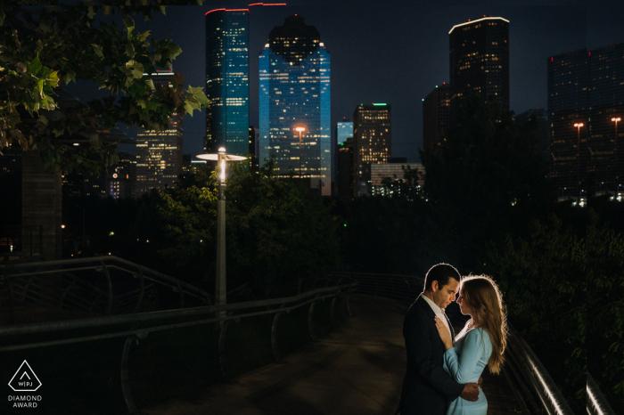 Texas couple ayant leur moment romantique avec fond du centre-ville de Houston