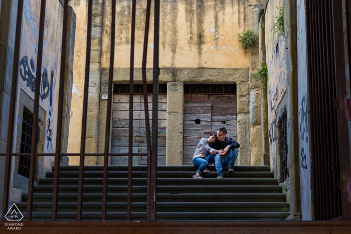 Arezzo- Italië koppel ontspannen tijdens de pre-wed opnames, zittend op de trap