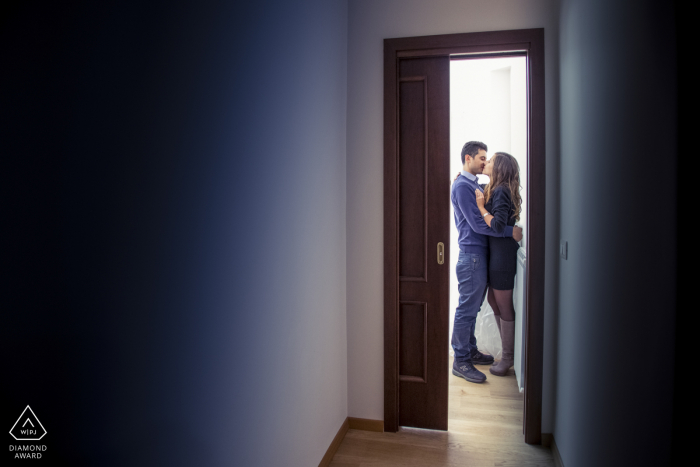 Catania small indoor photo session with the couple before the wedding day framed in a doorway at home