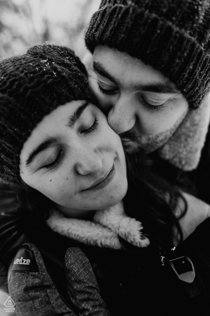 BW Winter portrait session in Paris with some warm intimate hugs