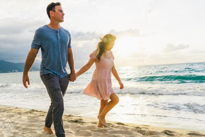 Conchas Chinas, Puerto Vallarta beach retrato de pareja caminando por la orilla del agua