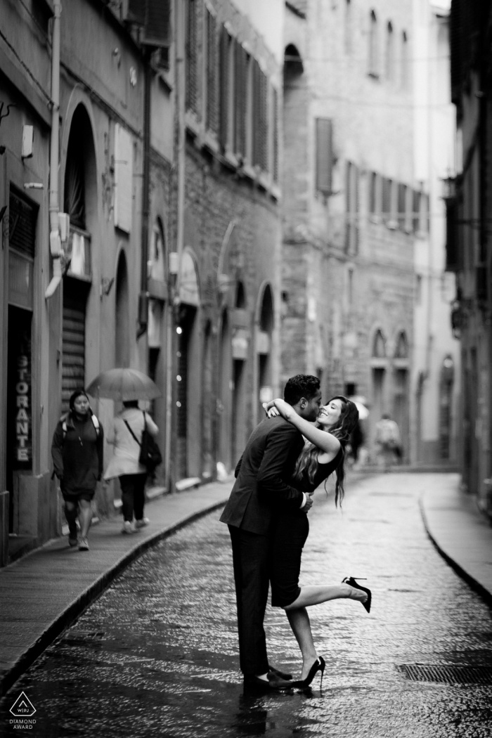 Florence pre-wed portrait of the kissing on the street
