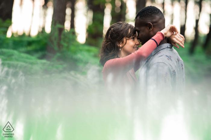Hossegor, France Séance d'engagement en forêt avec réflexion