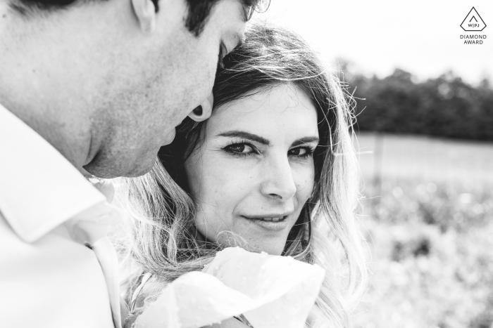 Orvieto portrait sur place e-shoot d'un gros plan de la future mariée embrassée par sa fiancée
