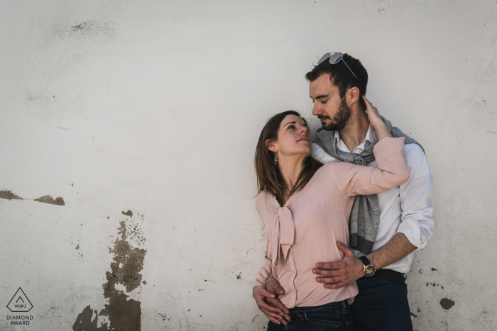 Île d'Yeu, France portrait e-session with the embraced couple against a painted white wall