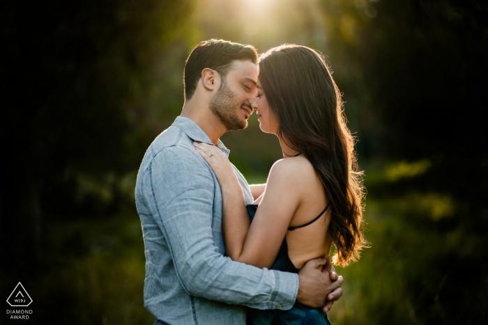 Séance de portraits avant le mariage True Love à Perth illustrant un couple pris lors d'un si beau câlin ensemble