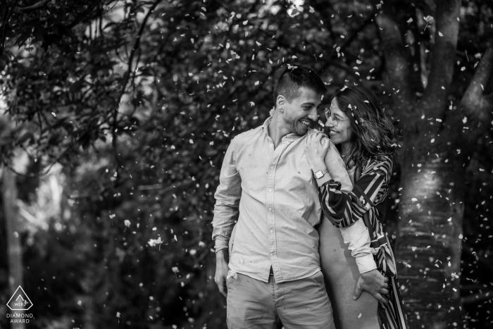 E-session couple Parc des Buttes Chaumont à Paris pour une image intimiste BW