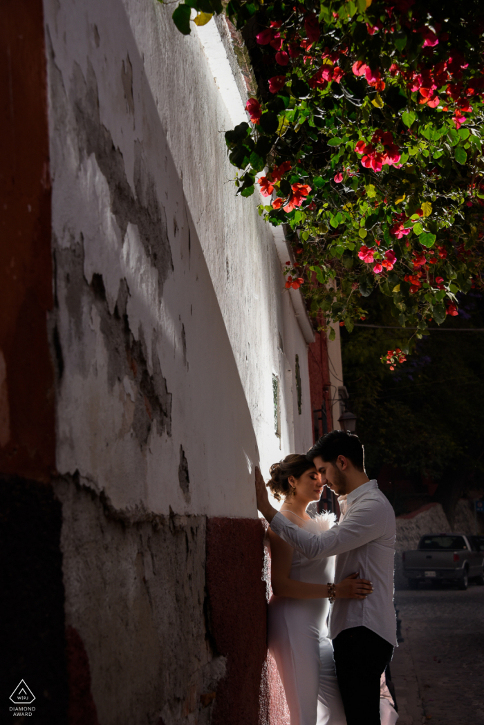 Calle del Chorro couple e-session in San Miguel de Allende using an external flash, The light was used intentionally to also give light to the bougainvillea and cause a dramatic effect to the photo
