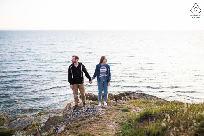 Saint Gildas de Rhuys couple e-session in Brittany holding hands at the seaside