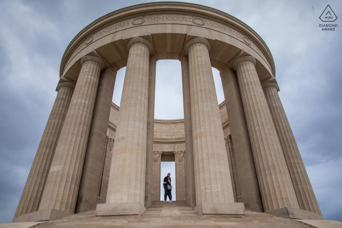 Les futurs mariés français, mannequin pour une photo avant le mariage aux Buttes Montsec montrant que l'amour est un rocher