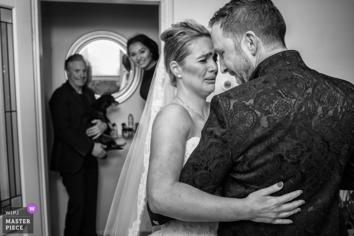 Noord Hollands wedding photographer captured this emotional black and white photo of a bride ad groom embracing before the ceremony