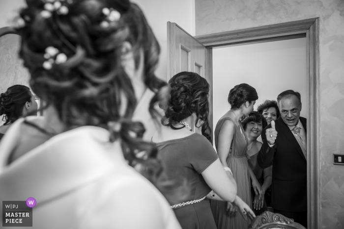 Le père de la mariée des Abruzzes lève le pouce devant la mariée dans sa robe