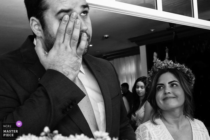 Goiania groom starts to get emotional at the wedding ceremony