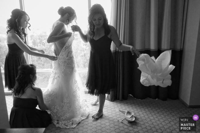 Foto de la boda de la novia en su bata en el hotel del condado de Orange, California