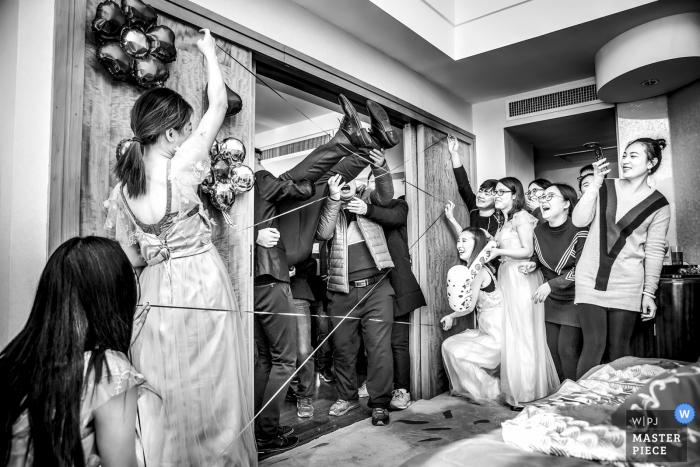 Chine fête nuptiale jouant à des jeux à la porte de mariage s'écraser