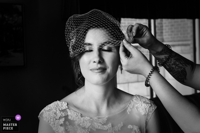 Montreal, Quebec-Braut, die letzte Berührung mit ihrem Kleid vor der Hochzeitszeremonie erhält