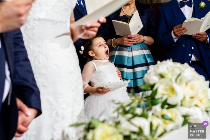Sicilia kleines Mädchen, das während der Hochzeitszeremonie gähnt