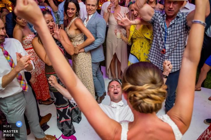 La novia y el novio de San Miguel, México celebran con los invitados en la recepción de la boda
